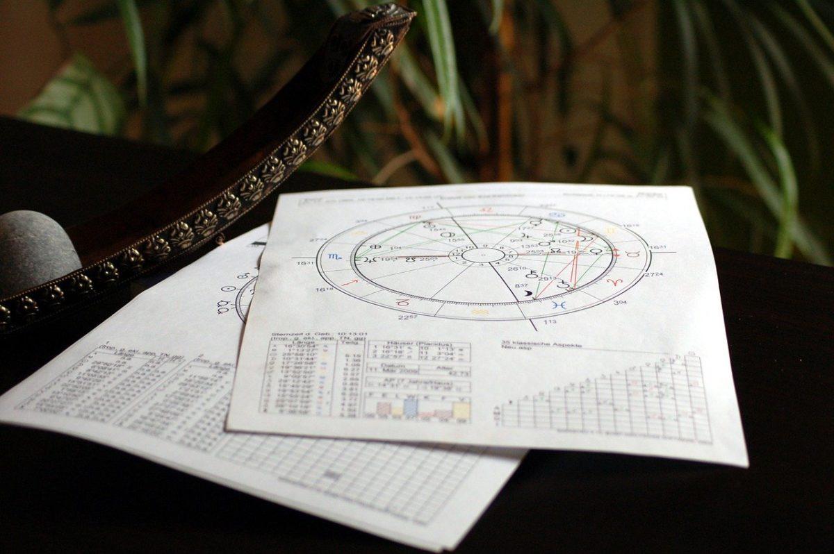Comment interpréter les 12 maisons astrologiques dans votre thème de naissance?